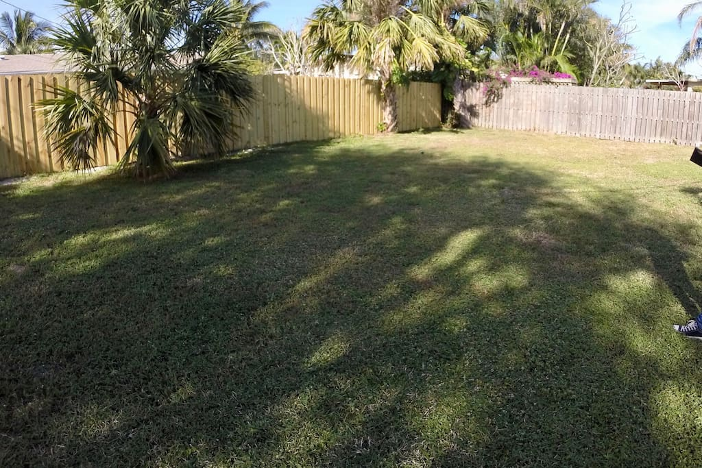 Huge fenced back yard for your pet or BBQ