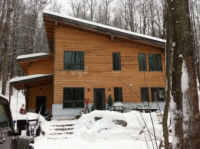 Rustic modern ski chalet home/Private room - Wakefield - House