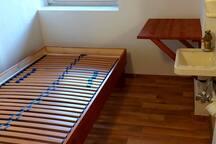 das winzige Zimmer (Bett natürlich mit Matratze und Bettwäsche)
