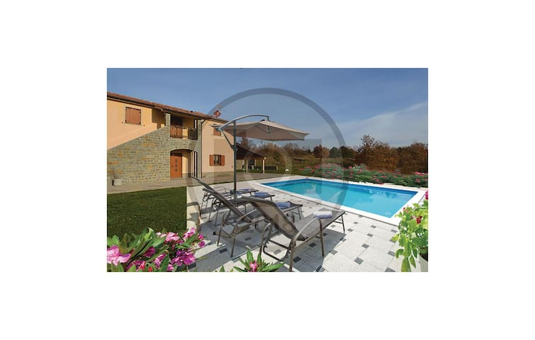 Semi-Detached with 5 bedrooms on 174 m²