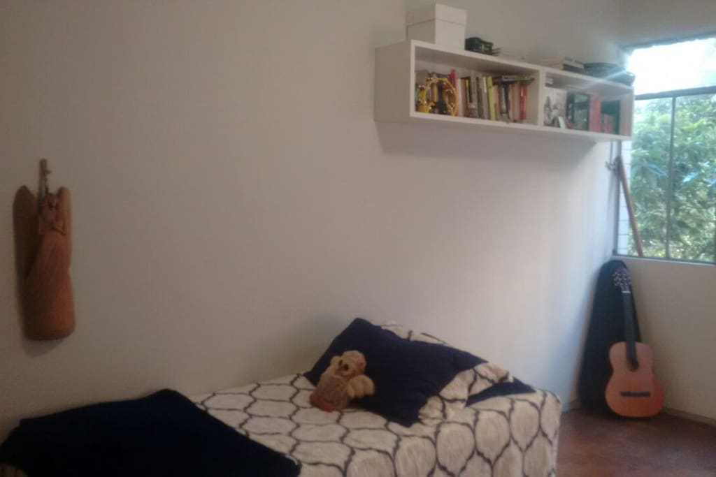 Essa cama é bem confortável, e tem váários livros pra passar o tempo, além de um violão, para servir de companhia!