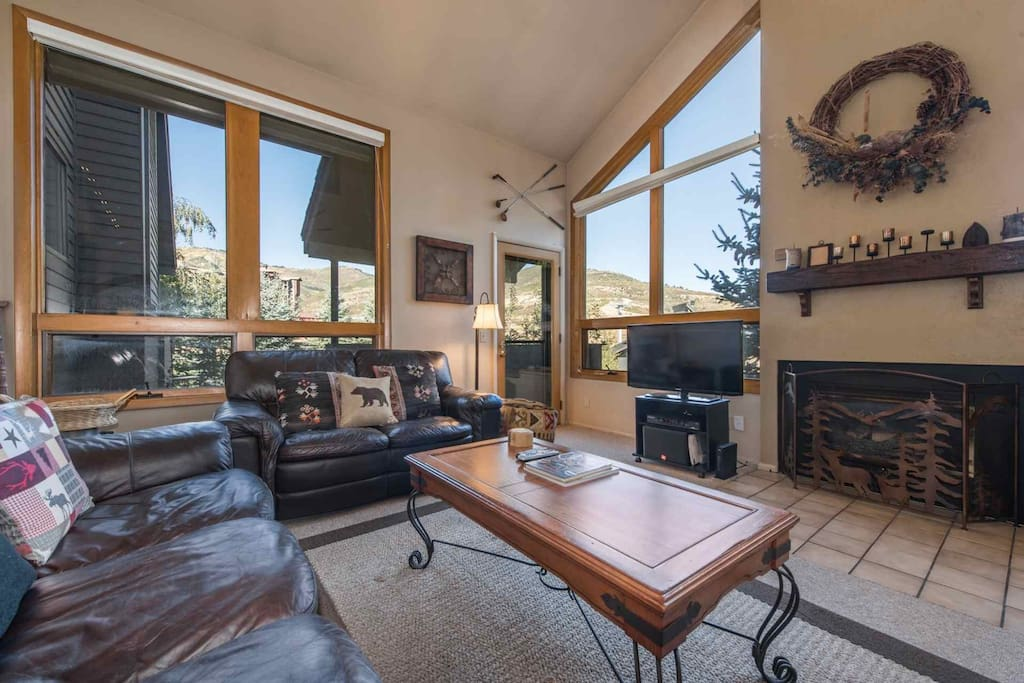 Welcome to our mountain townhouse that offers visitors to Park City 4 bedrooms, 4 bathrooms, open living room, dining room and remodeled kitchen.