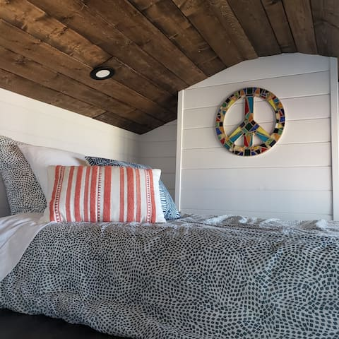 Twin bed: 2nd loft space