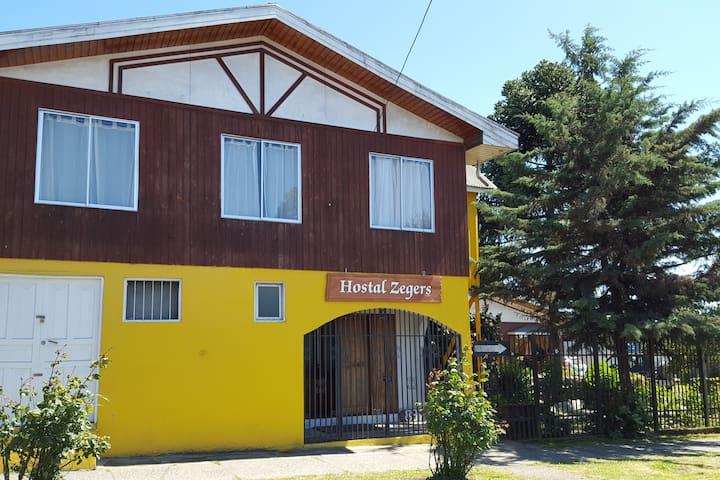HOSTAL ZEGERS.  En el centro de Villarrica.
