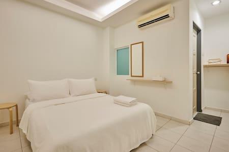 Private room w/bathroom /5mins Jonker St
