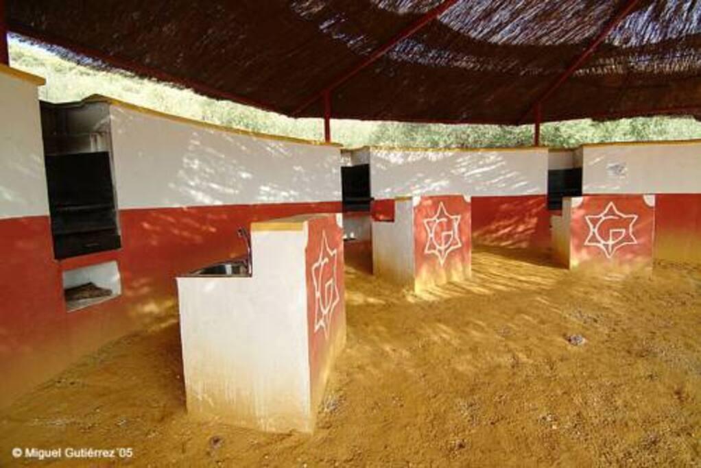 Zona de barbacoas a compartir las 6 casas, mesas, bancos, grifos con agua