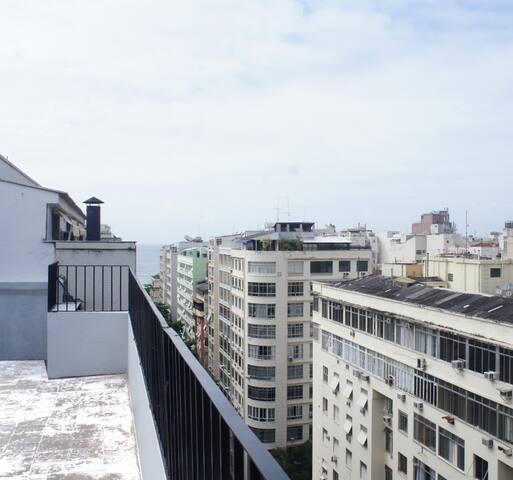 Vista  do mar a partir da lateral do terraço.