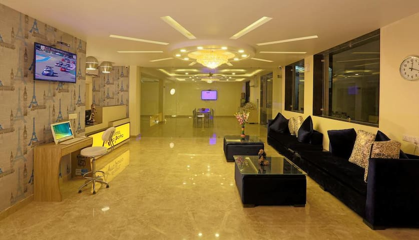 Heavenly Stay Near IGI airport by MrManager