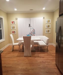 Gorgeous and Spacious Suite in a luxury Townhouse - Secaucus - Townhouse