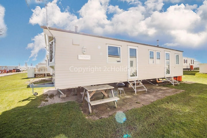 Spacious 8 berth caravan at Heacham beach holiday park in Norfolk ref 21027B