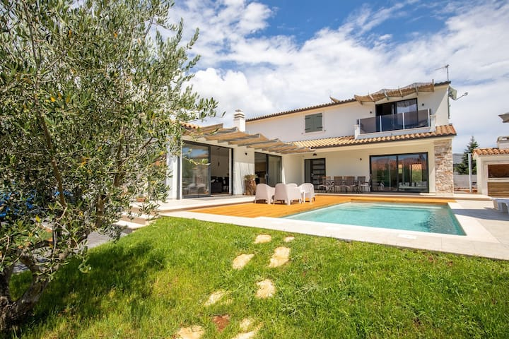 Modern Villa with 4 bedrooms and pool near Pula