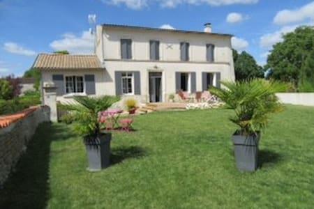 Charentaise rénovée de 200 m2 à la campagne - Montils - Casa