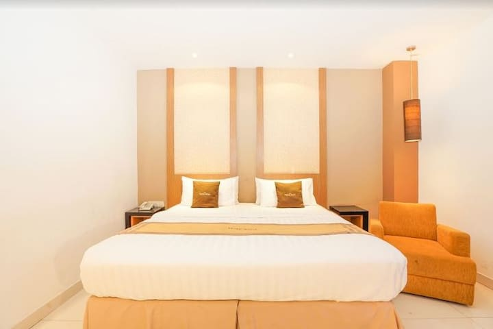 Budget and Great Facility Hotel near Tugu Pahlawan