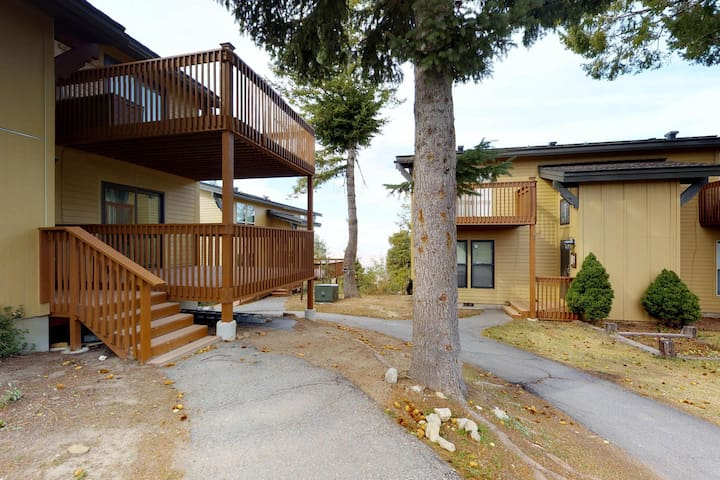 Cozy condo w/ shared hot tub & plenty of room for large group - ski-in/ski-out!