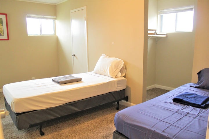 Relaxing Twin bed safe & clean near the Airport #C