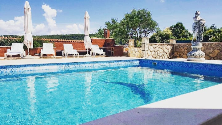 Apartment with swimming pool on island Hvar