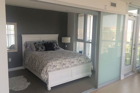 Bright beautiful city and lake view condo - Toronto - Appartement en résidence