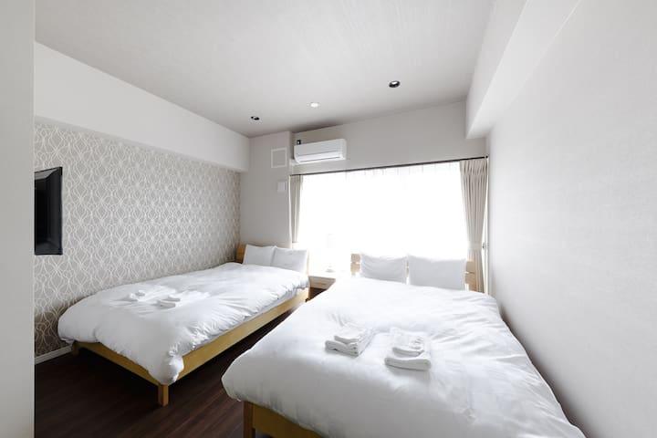 ダブルベッド2台♪最大4名泊まれる★ (全室)部屋の中にテレビもございます♪