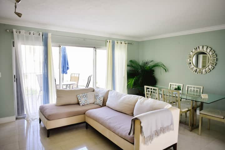 Modern Bright 2 bed w/Pool mins from beach.