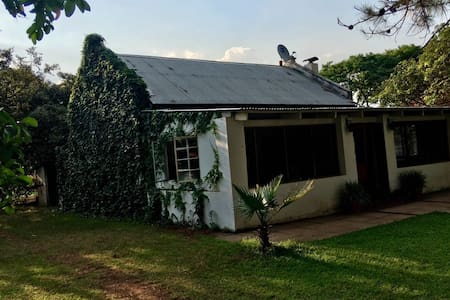 Charming Farm Cottage, Leopards Hill.