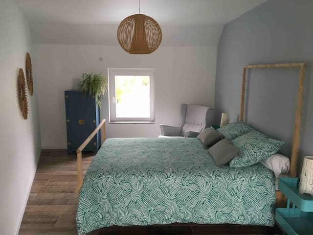 Chambre 2 avec lit double 140x200cm et lit bébé de 120x60 et table à langer.