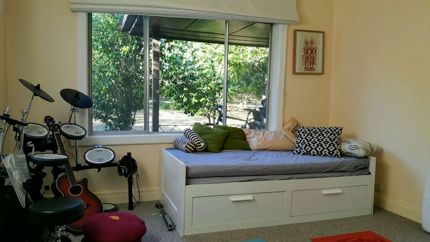 Relaxing bedroom in Eaglemont. - Eaglemont - Huis