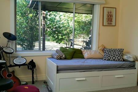 Relaxing bedroom in Eaglemont. - Eaglemont - House