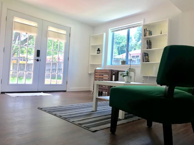 Private Sunny Suite, Walk to GMU &Old Town Fairfax