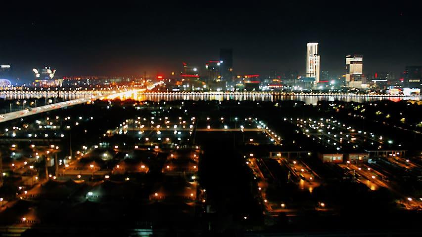阳台夜景(中)
