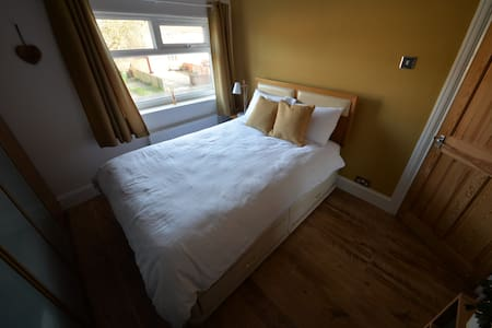 Comfy, bright double room with parking