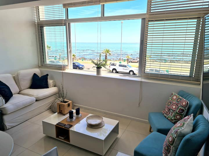 Cheerful Seafront Mouille Point Studio apartment.
