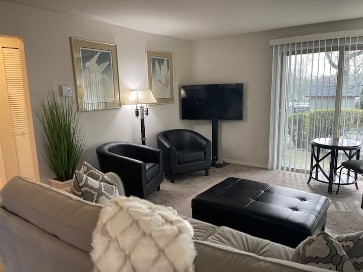 Entire Clean Cozy Condo Close 2 Downtown PDX & Max