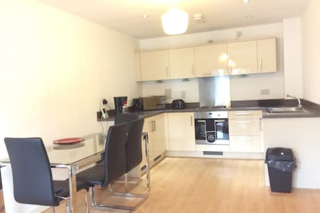Stunning ultra modern apartment close to station - Woking