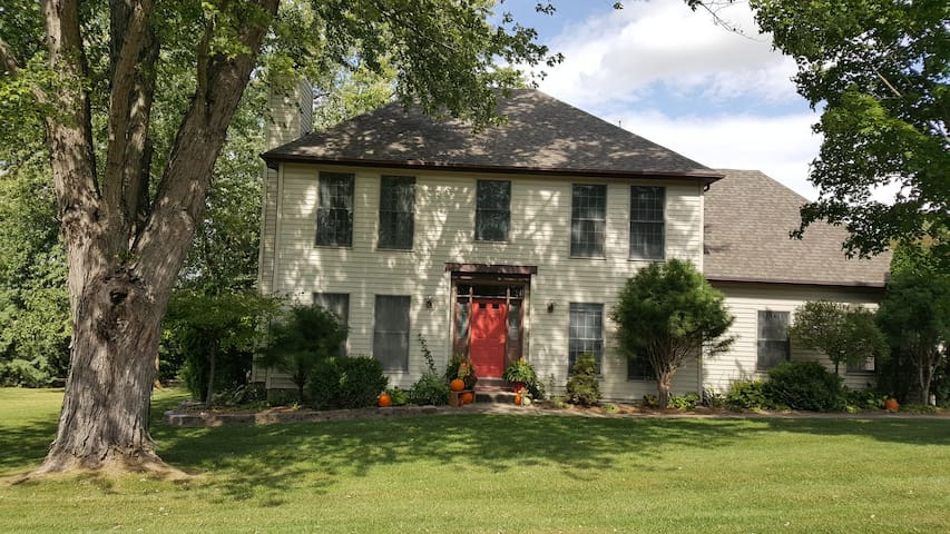Beautiful home within walking distance to WIU. 3br
