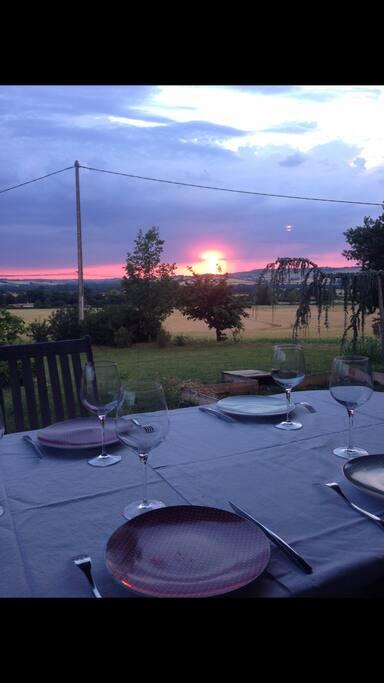 Repas du soir et son couché de soleil  Vue sur les collines du Castera