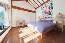 房源区域 - 房间,配有书桌,BOSE音响,床的对面是窗台,配喝茶小茶几。