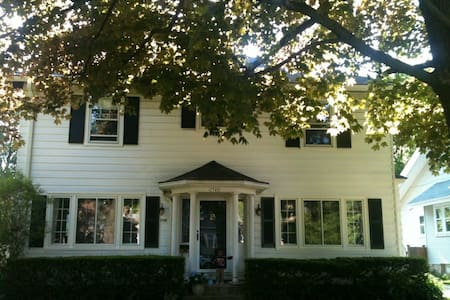 Old School Colonial in Trendy Neighborhood - Wauwatosa - Casa