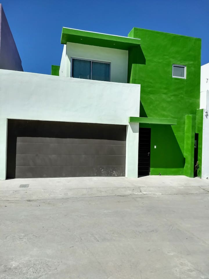 Fachada principal casa, el espacio exterior da para estacionar un vehiculo adicional.   El espacio garage acomoda estacionada un vehiculo SUV o bien dos vehiculos sedan pequeños.