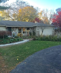 Private, quiet suite near MSU, shops, and dining - East Lansing - Hus