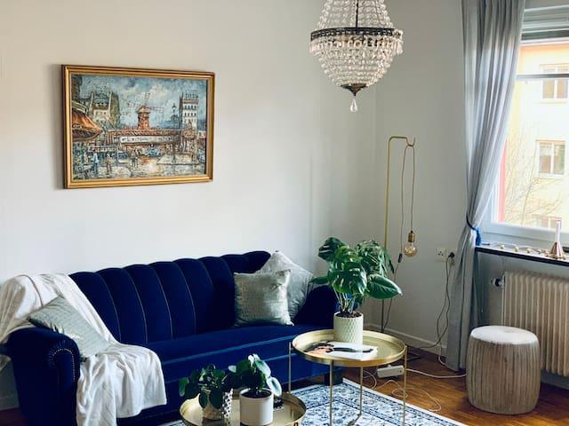 Cozy apartment w/ balcony, calm, 15 mins to city