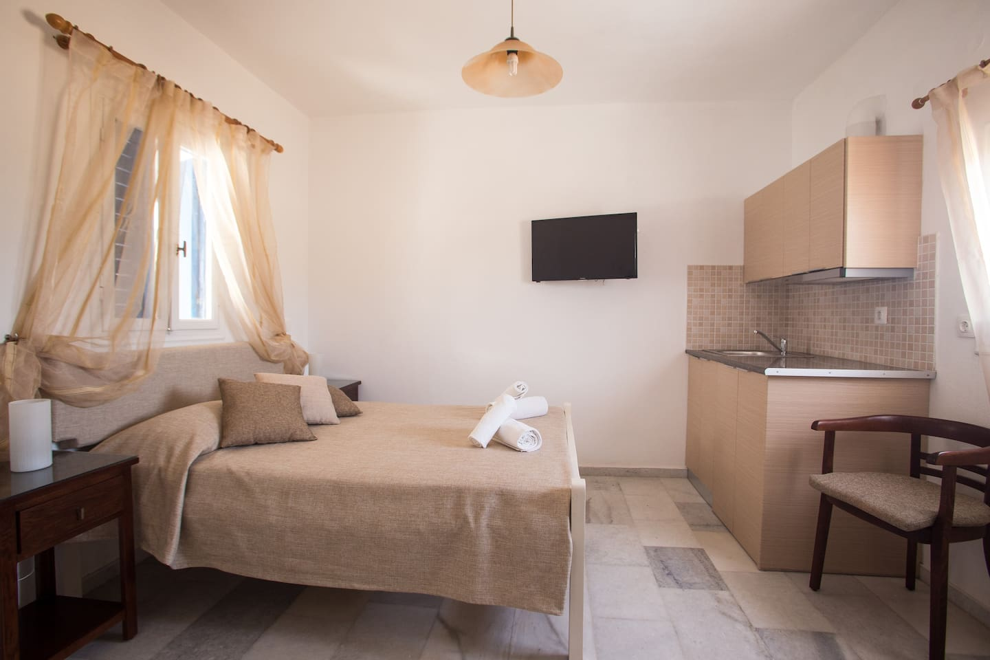 The large beroom offers a double bed with orthosomatic matress and hypoallergic linens. Is airy and sunny with offering natural light and is decorated in earthy tones. We change linens and towels at least every 2 days if earlier, and daily apartment cleaning services.