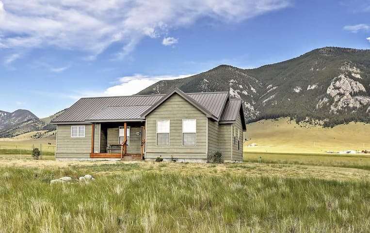 2BR Ennis Cabin w/Breathtaking Mountain Views - Ennis
