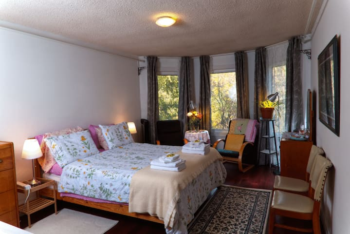 Guildwood BnB - Pink Room