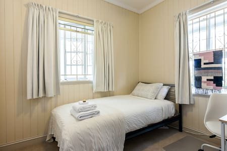 Petrie Cottage - Bed & Breakfast - Petrie Terrace - Bed & Breakfast