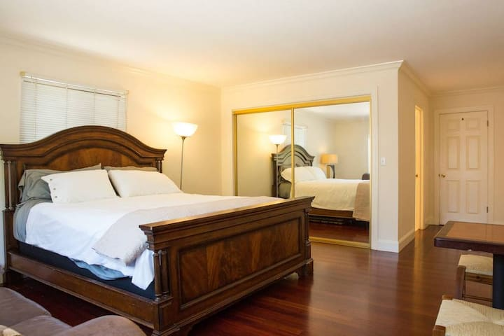 Spacious Clean Master Room  With Cal King Near SFO