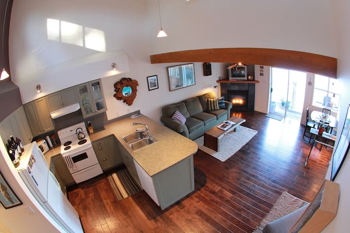 Island Vista- Stylish Waterfront Loft - Tofino