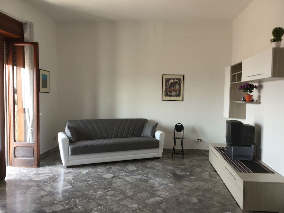 Sala con divano letto da una piazza e mezza, mobile soggiorno, TV, letto da una piazza adatto anche come divano, tavolinetto scrivania