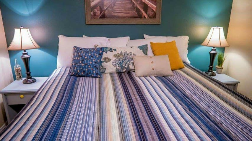 Cozy King Size Bed near the beach - Rockaway Beach