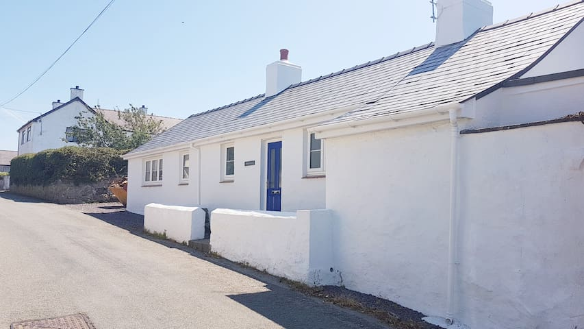 Characterful Holiday LET BRAND NEW Nr Aberffraw