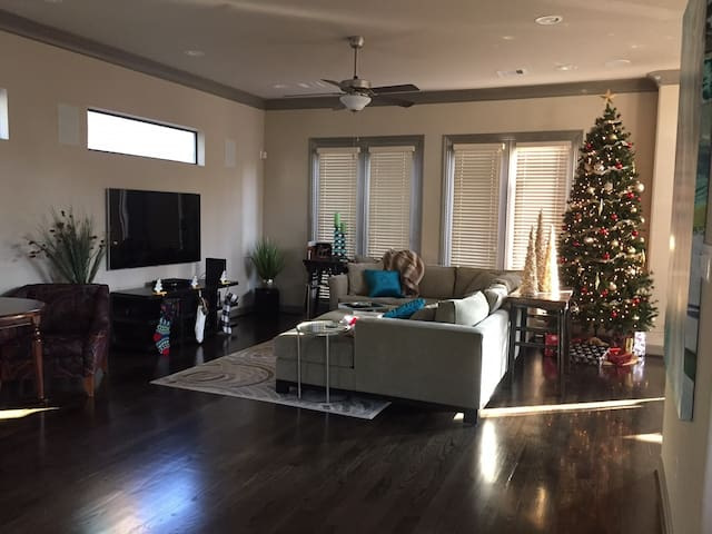 Beautifully Decorated Townhome - Superbowl LI!!!